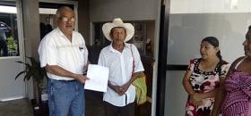 Alcalde entrega apoyo a familias damnificadas